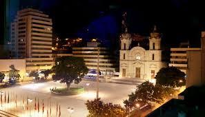 Vista nocturna de la Plaza de los Libertadores.